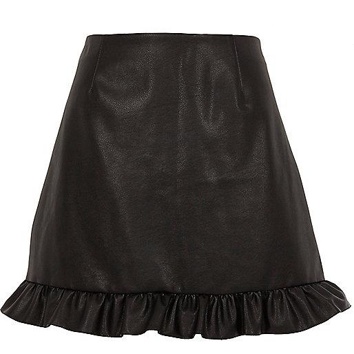 Schwarzer Minirock aus Lederimitat