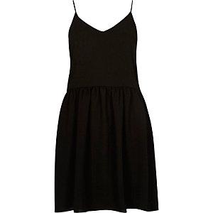 Schwarzes Trägerkleid mit asymmetrischem Saum