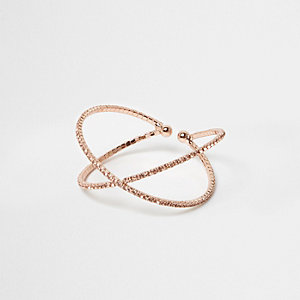 Bague doré rose motif « kiss » pavée de strass