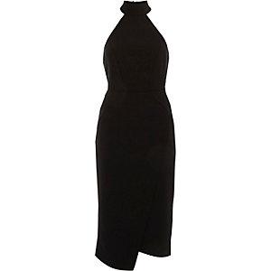 Robe moulante mi-longue noire à encolure haute drapée sur le devant