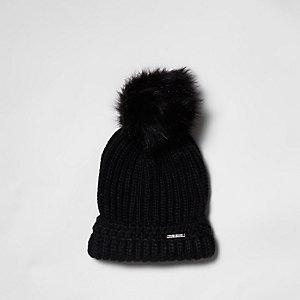 Schwarze Mütze mit Bommel und Kunstfell