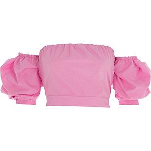 Roze bardot crop top met pofmouwen en knoop op de rug