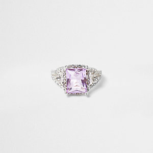 Zilverkleurige ring met lila vierkant diamantje