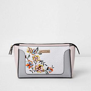 Wit geborduurd make-uptasje met bloemenprint