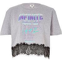 T-shirt gris imprimé rock «Infinite» avec ourlet en dentelle