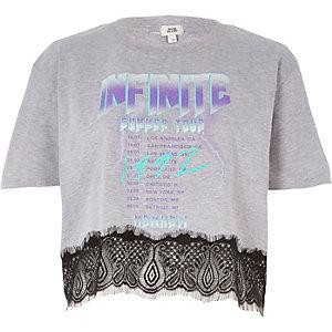 """T-Shirt mit Spitzensaum und """"Infinite""""-Bandprint"""