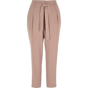 Pantalon fuselé rose noué à la taille
