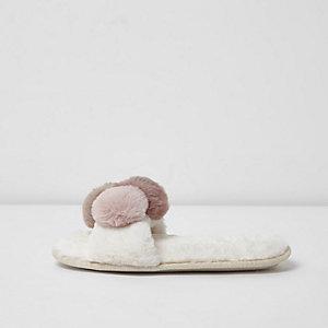 Chaussons duveteux crème à pompons