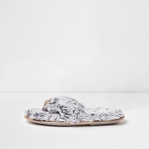 Chaussons en fourrure gris avec nœud style nu-pieds