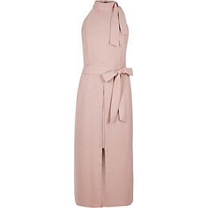 Robe mi-longue rose clair à encolure haute et taille nouée