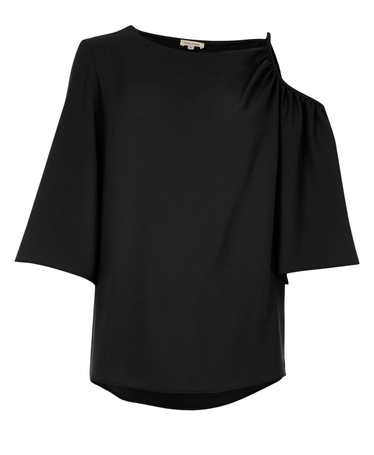 Zwarte top met uitgesneden schouderstuk en korte mouwen