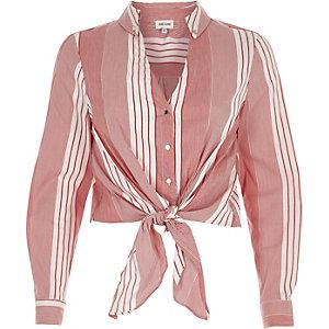 Chemise courte à rayures rouges nouée devant