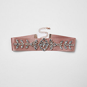Collier ras-de-cou en satin rose orné