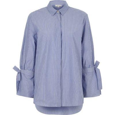 Blauw gestreept overhemd met lange mouwen en strik op de boorden