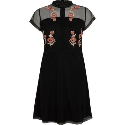 Zwarte geborduurde hoogsluitende jurk van mesh