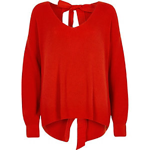 Roter Pullover mit Bindeband