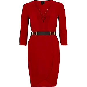 Robe moulante rouge lacée sur le devant avec ceinture