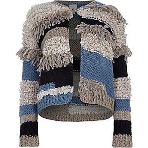 Strickjacke in Creme und Blau mit Fransen