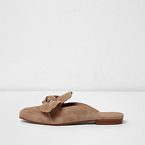 Camel bow front backless loafer