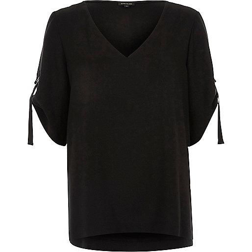 T-shirt noir à col V avec anneau en D