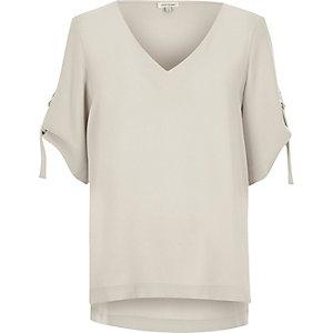 T-shirt gris clair à col V avec anneau en D