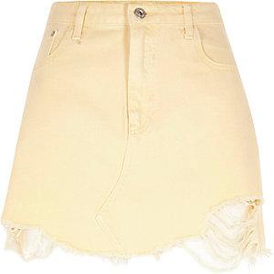 Mini-jupe en jean jaune clair à ourlet effiloché