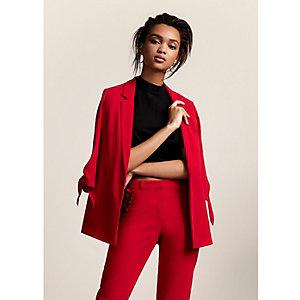 Rode blazer met strikje aan de mouwen