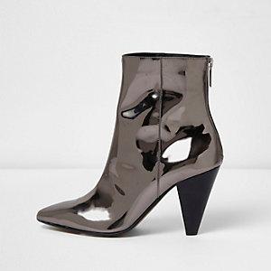 Zilverkleurige lakleren laarzen met kegelvormige hak
