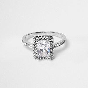 Silberner, rechteckiger Ring