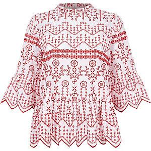 Top smocké rouge brodé avec ourlet à découpes