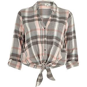 Chemise à carreaux rose nouée sur le devant