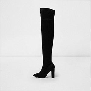 Zwarte laarzen tot over de knie met hoge hakken en puntneus