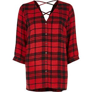 Rood geruit overhemd met gekruiste bandjes op de rug