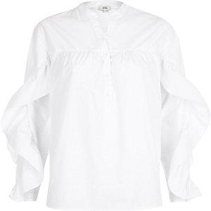 Weißes Hemd mit Rüschen