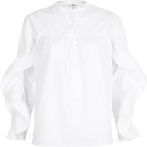 Wit overhemd met ruches aan de mouwen