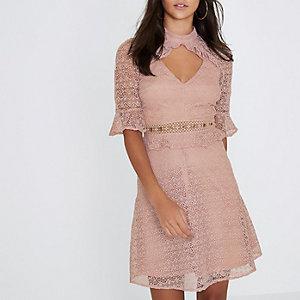 Robe rose clair à taille contrastante et volant en dentelle