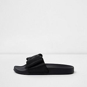 Schwarze Satin-Slipper