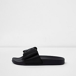 Zwarte slippers met satijnen strik