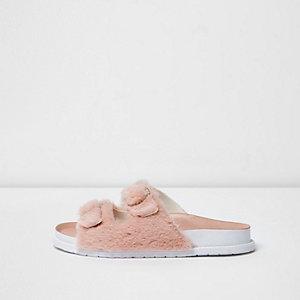 Sandales duveteuses roses avec bride