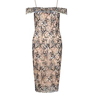 Robe moulante Bardot motif fleuri brodé rose