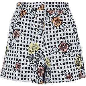 Blaue Shorts mit Blumenverzierung