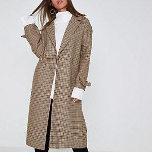 Bruine geruite jas met strikjes aan de mouwen