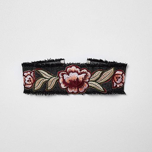 Collier ras-de-cou en jean noir brodé de fleurs