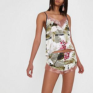 Short de pyjama en satin crème motif tropical