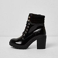 Zwarte lakleren laarzen met grove hak en vetersluiting