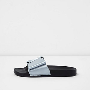 Zilverkleurige slippers met satijnen strik