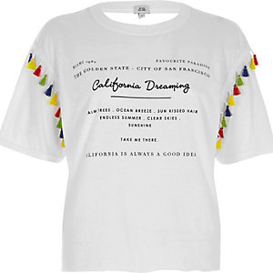 T-shirt blanc avec bordure à frange et imprimé «California»