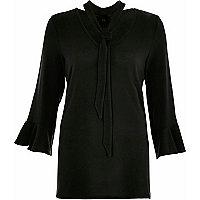 Zwarte pullover met strikkraag en wijduitlopende mouwen