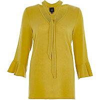 Limoenkleurige pullover met strikkraag en ruches aan de mouwen