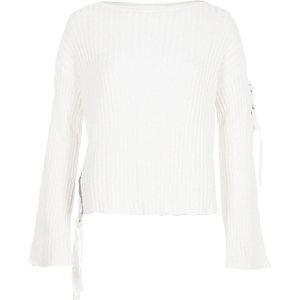 Weißer Rippstrick-Pullover mit seitlicher Schnürung